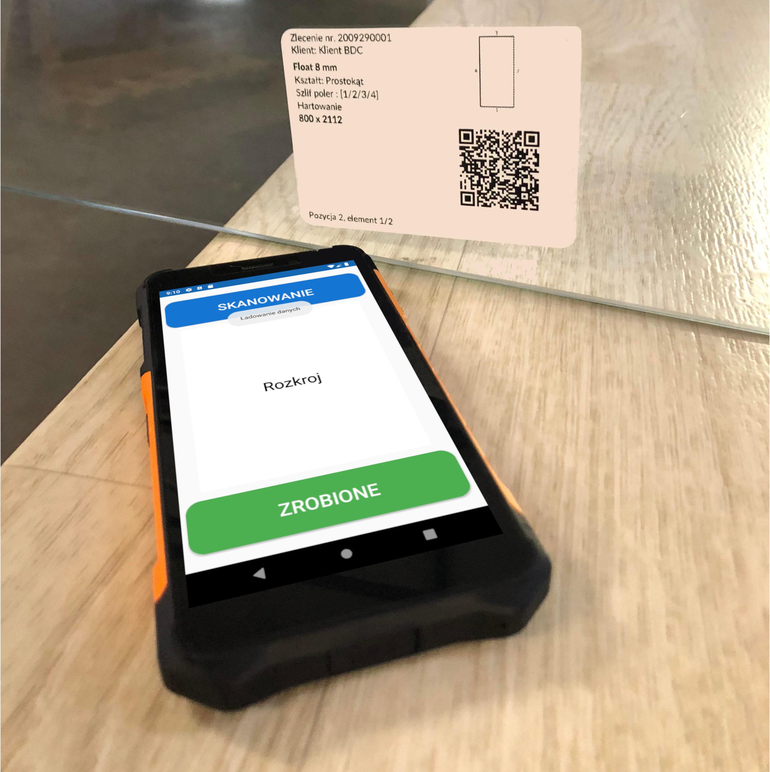 Nasza aplikacja mobilna i etykieta z QR kodem na szkle